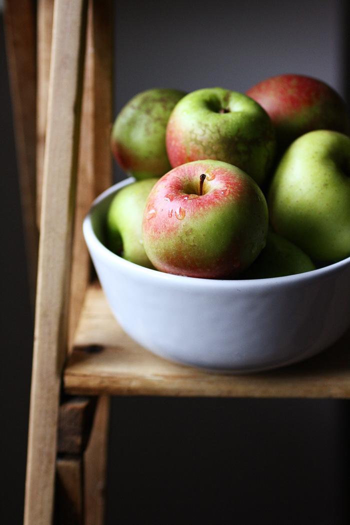 Una ciotola di mele per il pandolce al miele
