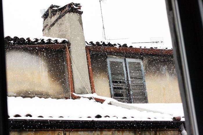 neve sui tetti di città